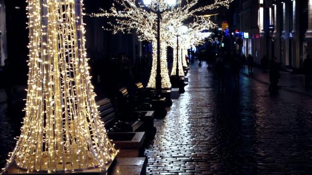 目抜き通りの夜には、鮮やかな色の木 - 飾りつけ点の映像素材/bロール