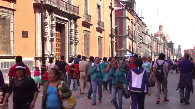 city street in mexico - mexico city stock-videos und b-roll-filmmaterial