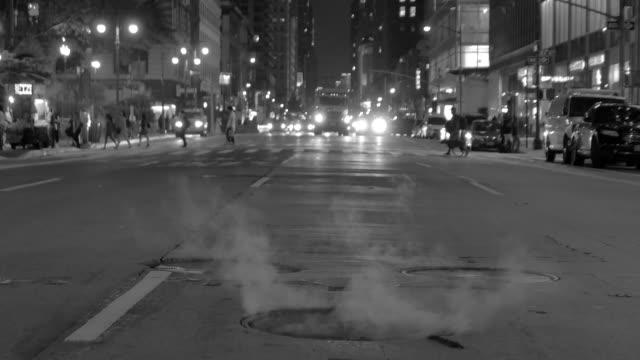 vídeos y material grabado en eventos de stock de city street landmarks scene of urban metropolis background. rush hour traffic and commuters scene - tapadera de cloaca