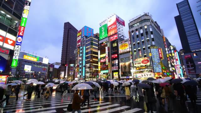 新宿の群衆の人々 と街夜の生活 - 広告看板点の映像素材/bロール
