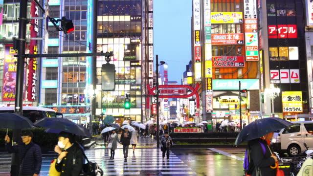 vídeos de stock e filmes b-roll de city street night life with crowd people in shinjuku - bairro de shinjuku