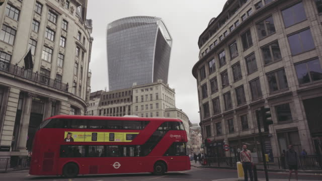 city street of london: downtown and skyscrapers - londra e hinterland video stock e b–roll