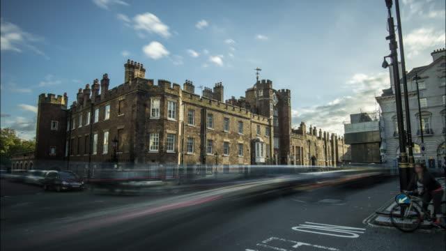 vídeos de stock e filmes b-roll de city street view of rapidly moving traffic passing st james's palace - tudor