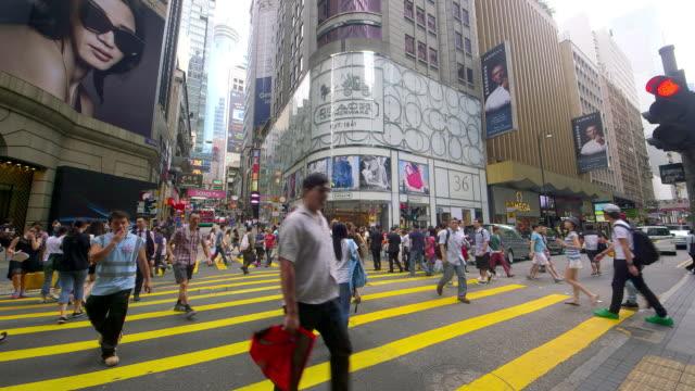 vídeos y material grabado en eventos de stock de city streets - figura femenina