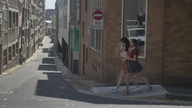 vídeos de stock, filmes e b-roll de cidade turismo e exploração em sydney (câmera lenta) - adolescência
