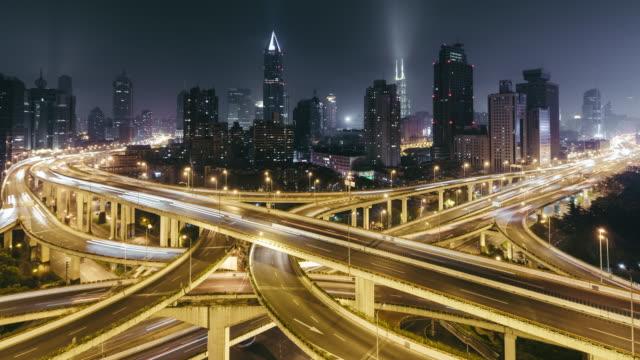 T/L WS HA TU stadens trafik och korsningen på natten / Shanghai, Kina