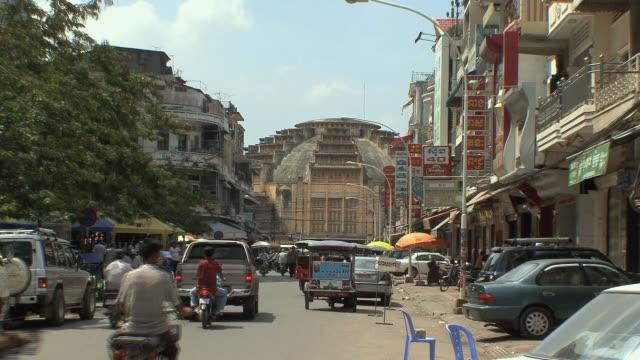ws city traffic and phsar thom thmei market building, phnom penh, cambodia - phnom penh stock videos and b-roll footage