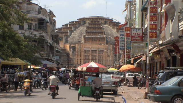 ws city traffic and phsar thom thmei market building, phnom penh, cambodia - cambodia stock videos and b-roll footage