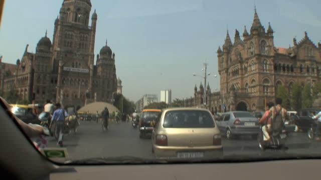 stockvideo's en b-roll-footage met ws pov city traffic as seen from car, mumbai, india - passagiersstoel