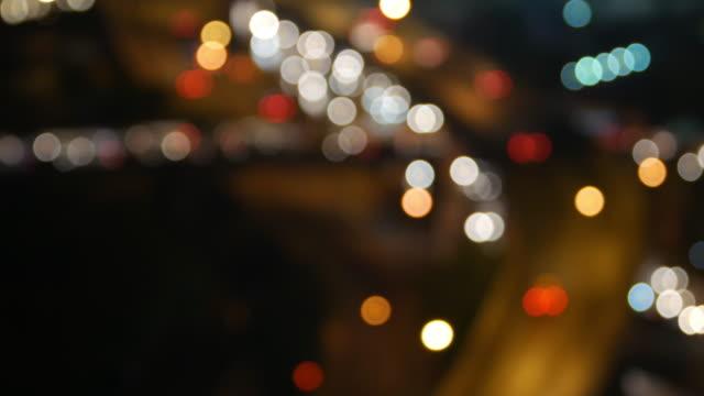 stad traffic's nachts. Koplampen van de auto en tail lights out van focus