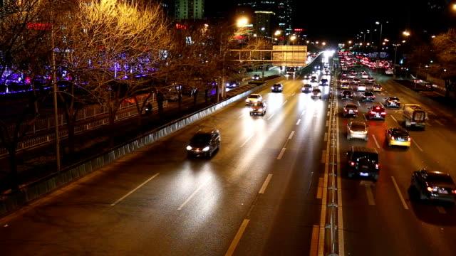vídeos de stock e filmes b-roll de tráfego da cidade à noite em pequim - luz traseira de carro