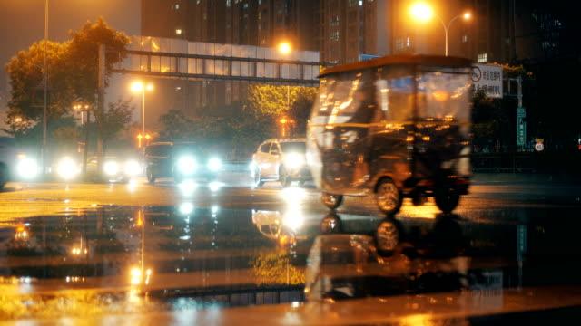 夜の都市交通 - 方向標識点の映像素材/bロール