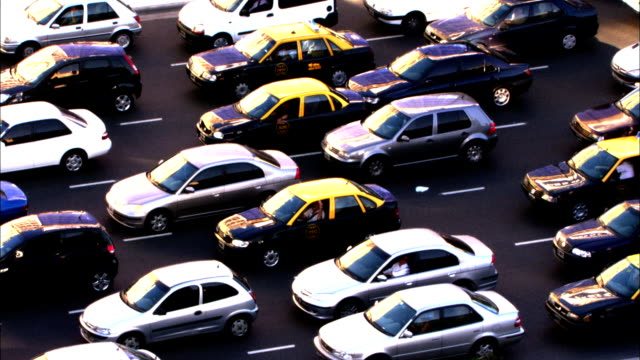 vidéos et rushes de city traffic drives forward during rush hour. available in hd. - rush hour