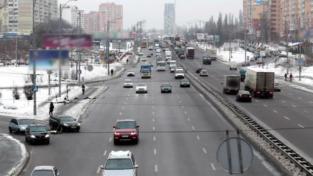vidéos et rushes de trafic de la ville de kiev. ukraine. - phare avant de véhicule