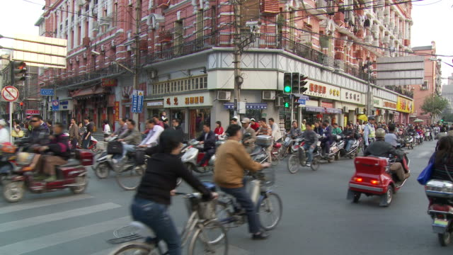 vidéos et rushes de city traffic in shanghai china - shanghai