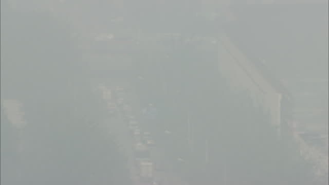 ws ha zi zo city traffic in thick fog, beijing, beijing, china - thick stock videos and b-roll footage