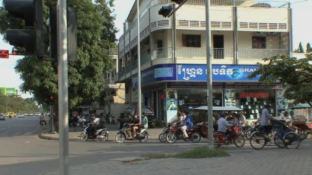 ws city traffic, phnom penh, cambodia - phnom penh stock videos and b-roll footage