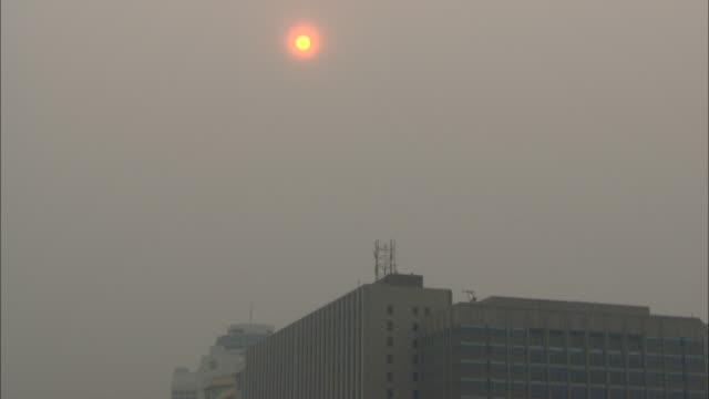 ws td tu city traffic under smoggy sky, beijing, beijing, china - スモッグ点の映像素材/bロール