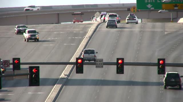 街の交通 - 方向標識点の映像素材/bロール