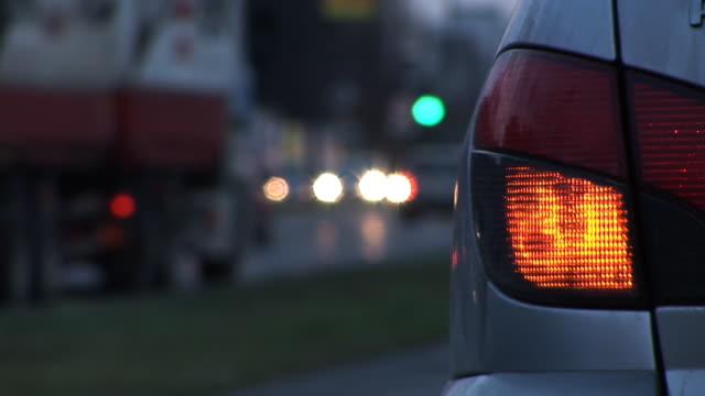 vídeos de stock, filmes e b-roll de hd: tráfego da cidade - foco no primeiro plano