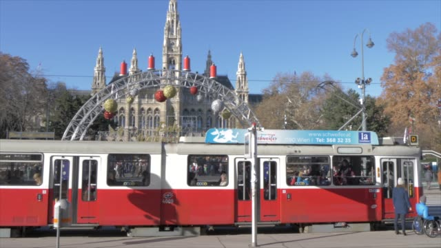 city tram, rathaus and christmas market in rathausplatz at christmas, vienna, austria, europe - rathaus video stock e b–roll