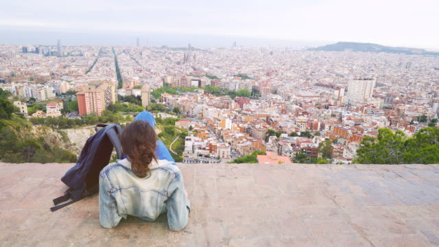 city view in barcelona. - zaino da montagna video stock e b–roll