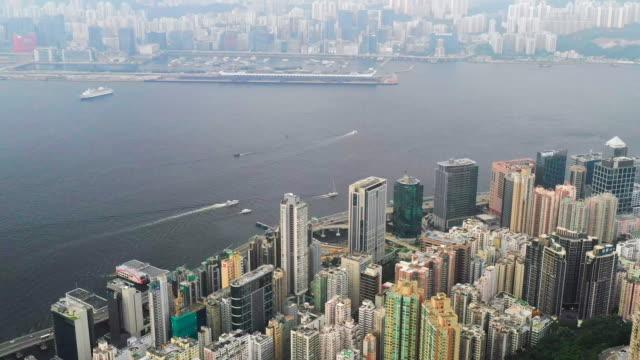 vídeos de stock, filmes e b-roll de opinião da cidade edifícios elevados do arranha-céus da ascensão em hong kong-edifícios modernos da skyline da cidade do centro financeiro da economia - wan chai