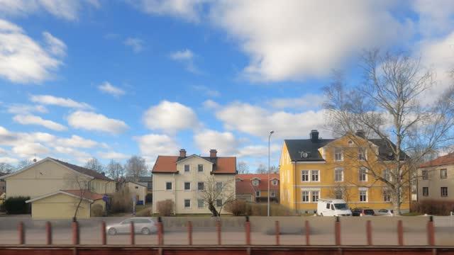 vídeos de stock e filmes b-roll de city viewed from the window of a train - vista lateral