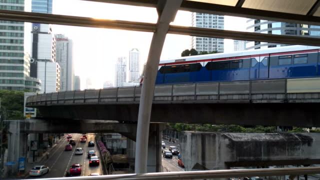 スカイトレインと都市。バンコク大量輸送システム - 高速列車点の映像素材/bロール