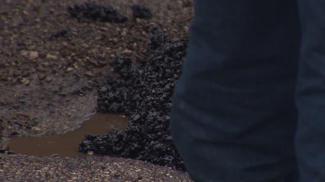 stockvideo's en b-roll-footage met city workers filling in potholes on january 11 2014 in chicago illinois - bouwvoertuig