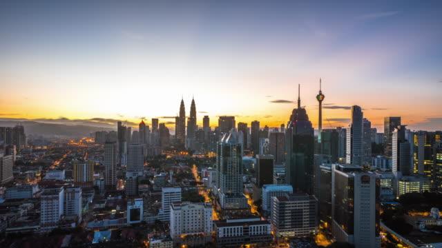 都市景観と日の出クアラルンプールのスカイライン。時間の経過 - マレーシア点の映像素材/bロール