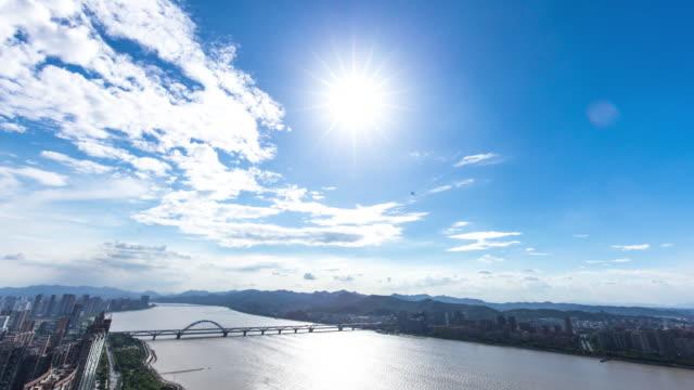 都市の景観と川岸タイムラプスから杭州の新しいダウンタウンのスカイライン