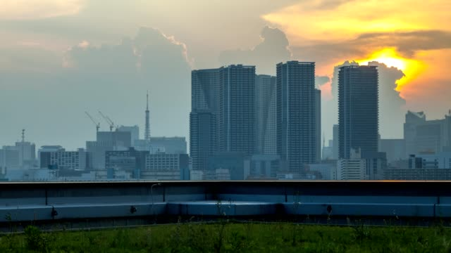 cityscape and skyline of tokyo at sunset. time lapse - オフィスビル点の映像素材/bロール