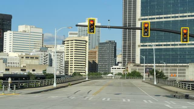 cityscape and stoplight in atlanta - segnale per macchine e pedoni video stock e b–roll