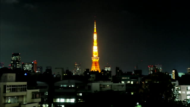 stockvideo's en b-roll-footage met t/l ws cityscape and tokyo tower against sky with lightening at night, tokyo, japan - stroomuitval