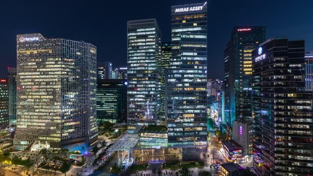 cityscape around cheonggyecheon stream and center 1 building (skyscraper in front of cheonggyecheon stream) at night / jongno-gu and jung-gu, seoul, south korea - 朝鮮半島点の映像素材/bロール