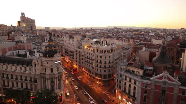 WS HA Cityscape at dusk with traffic on Gran Via and Metropolis Building / Madrid, Spain