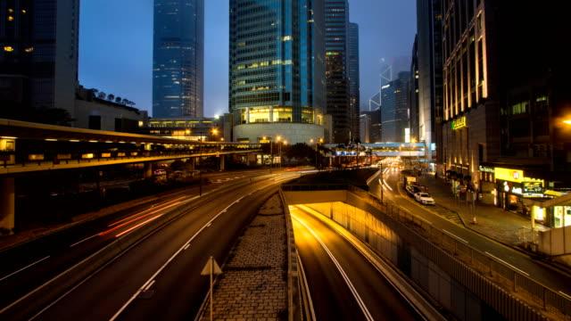 stockvideo's en b-roll-footage met tl d2n stadsgezicht bij nacht in hong kong met snelle verkeer en wolkenkrabbers van het central district - hong kong