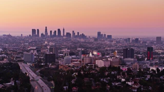 vídeos de stock, filmes e b-roll de cityscape la ao nascer do sol - drone tiro - hollywood califórnia