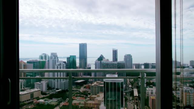 stockvideo's en b-roll-footage met cityscape background - balkon