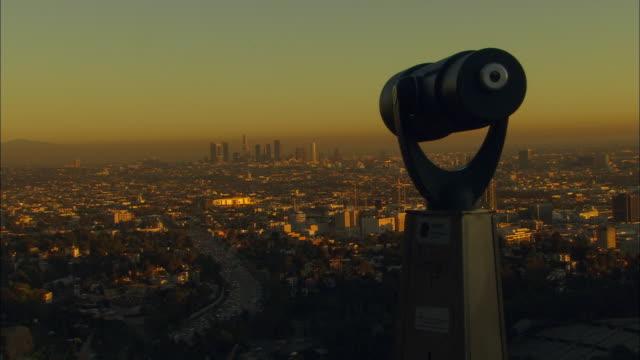vídeos de stock, filmes e b-roll de ws, cityscape covered with smog, coin operated binocular in foreground, los angeles, california, usa - ponto de observação