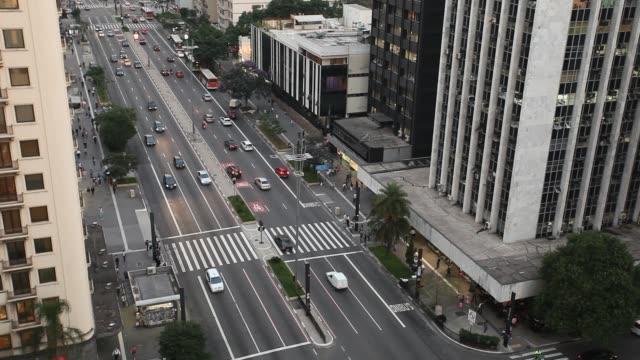 vídeos de stock, filmes e b-roll de cityscape, elevated view of paulista avenue - tempo real