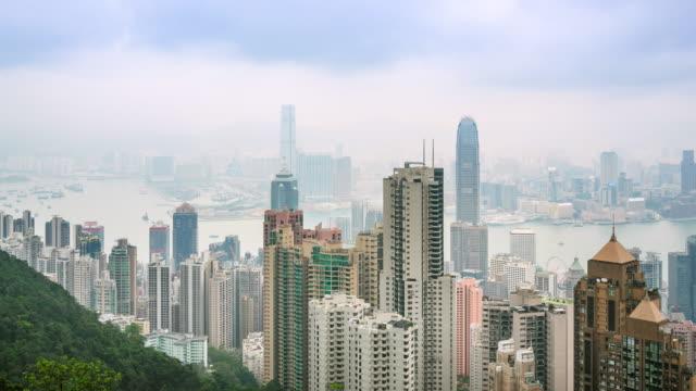 香港ピーク、時間の経過の上に混雑している背の高い建物と街並みハイアングル - ビクトリアピーク点の映像素材/bロール