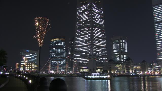vídeos de stock e filmes b-roll de ws, cityscape illuminated at night and harbor at sunset, japan, kanagawa prefecture, yokohama - rasto de movimento