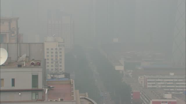 ws ha zi cityscape in thick fog, beijing, beijing, china - スモッグ点の映像素材/bロール