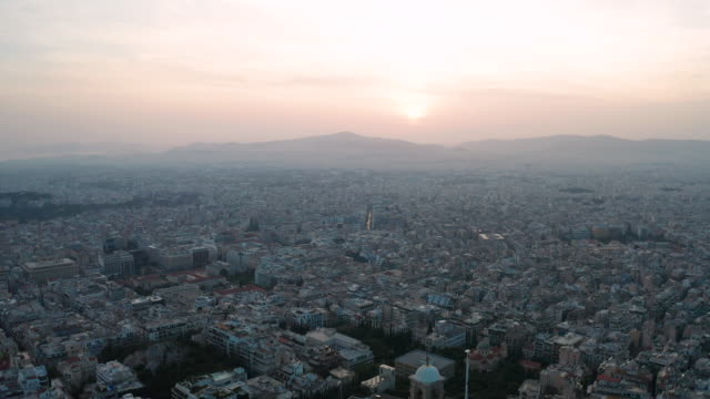 vidéos et rushes de cityscape of athens at sunset with the acropolis seen from lycabettus hill. aerial view. greece - crépuscule