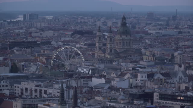 cityscape of budapest at evening from gellért hill that can see erzsébet square - ponte con catene ponte sospeso video stock e b–roll