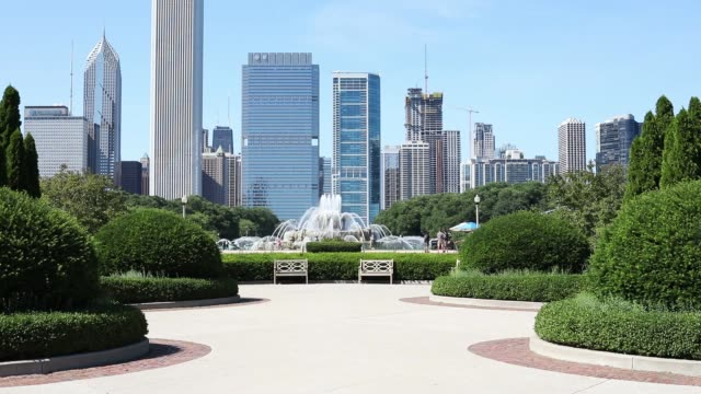cityscape of chicago with buckingham fountain - buckingham fountain stock videos & royalty-free footage