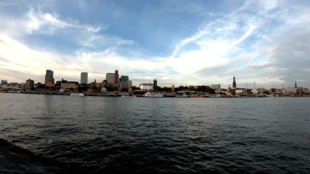 水上のハンブルクの街並み - ハンブルク点の映像素材/bロール