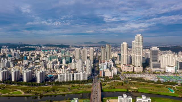 vídeos y material grabado en eventos de stock de cityscape of 'hyundai hyperion' (high-rise residential buildings) with anyangcheon stream / mok-dong, yangcheon-gu, seoul, south korea - terrenos a construir